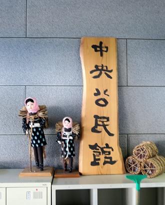 西目屋村中央公民館入口に並ぶ目屋人形