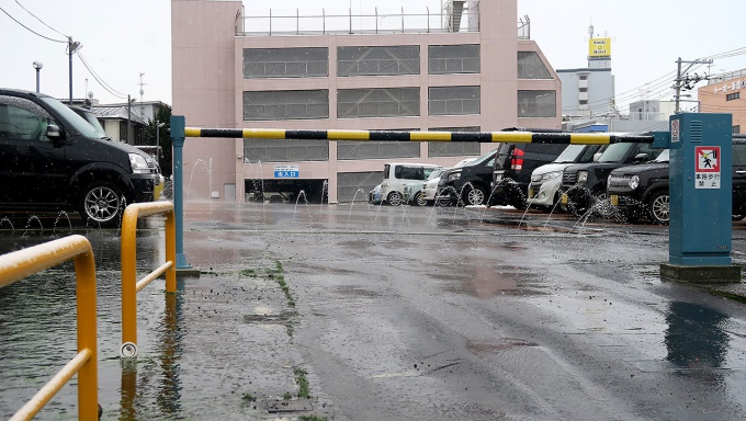弘前郵便局隣駐車場が噴水レベル