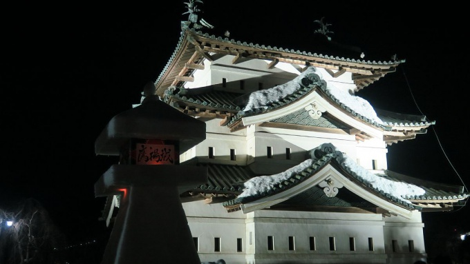 弘前城天守閣と雪燈籠