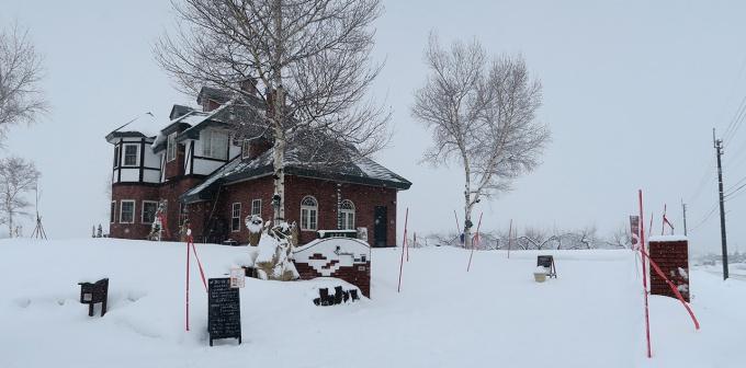 大雪の中の英国館風別荘