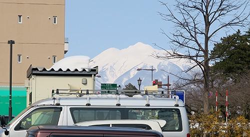 スターバックス隣の駐車場から見た岩木山