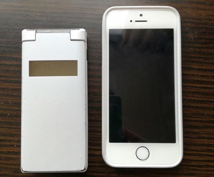 左の折り畳みPHSから右のiPhone5sに機種変更