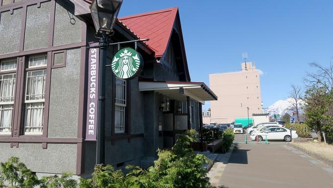 スターバックスコーヒー弘前公園前店と春の岩木山