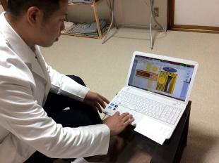 ホームページ編集画面の操作をする藤田院長