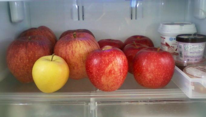 冷蔵庫にぎっしりのリンゴ。野菜室にも。