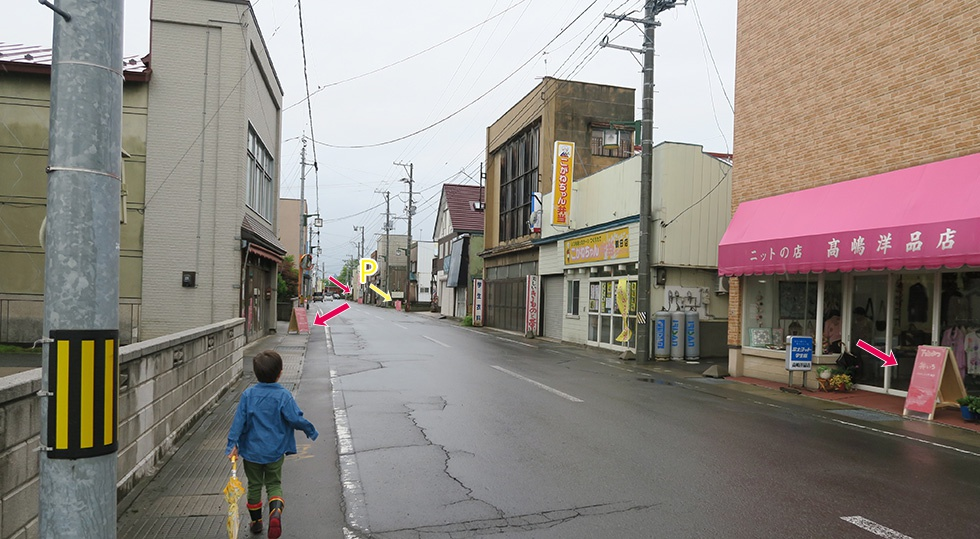 鶴田町商店街のそこかしこに立つ赤い看板がイベント会場の目印