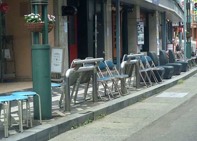 沿道にある店舗からもありったけの椅子が出てきて観覧席が作られています。