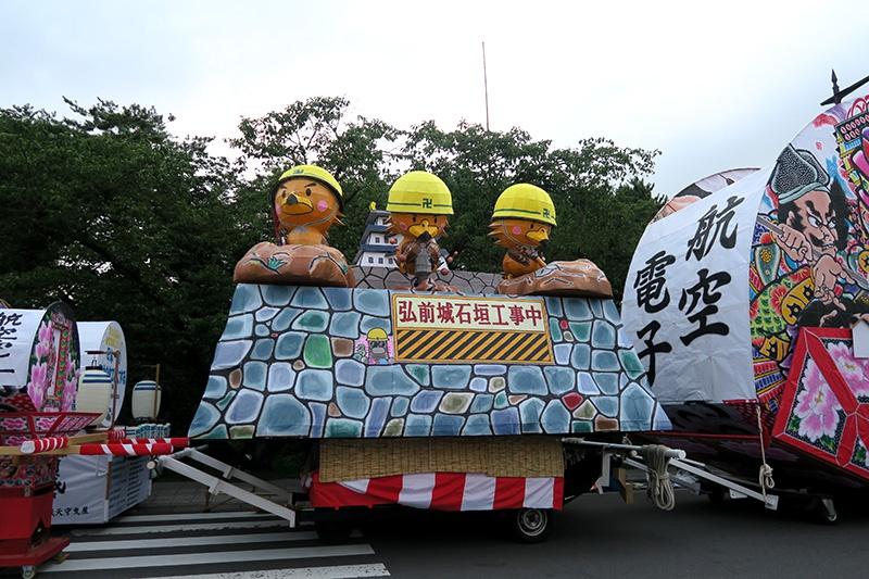 弘前城石垣補修バージョンたか丸くんねぷた(航空電子)