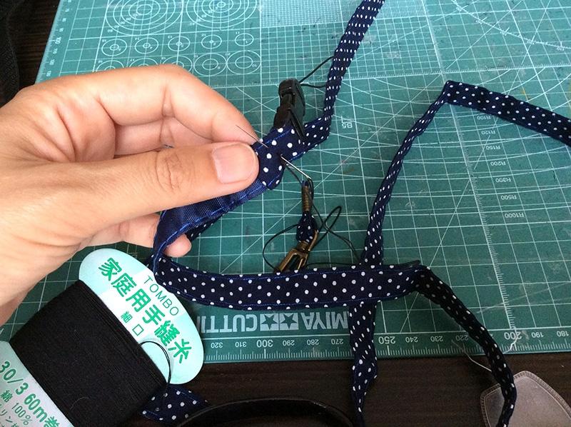 両端にパーツを通して、三つ折りして縫います