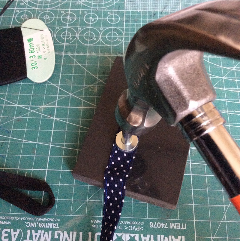 スタッズを金槌で打ち付ける。付け方はスタッズのパッケージに書いてあります