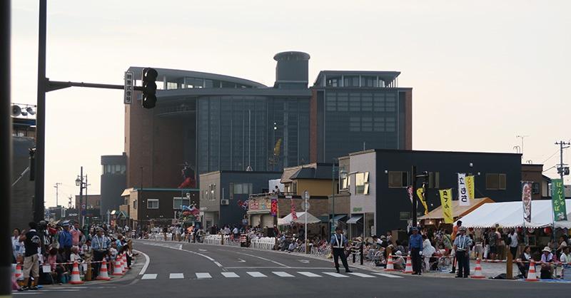 五所川原の駅前通り、奥が立佞武多の館