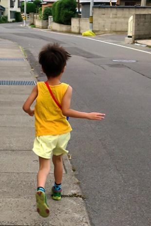 走る5歳の息子