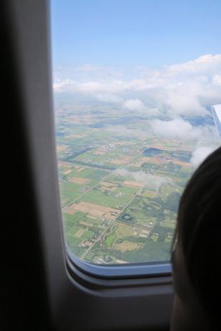 機内から見下ろす平たい大地