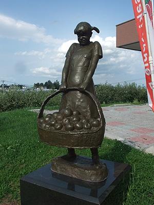 りんごの家の前の銅像