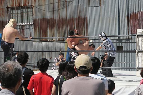 卍固めを決めるgosaku選手