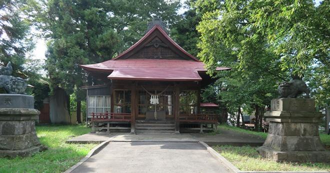 同じ敷地の塀を挟んで隣に立つ八坂神社