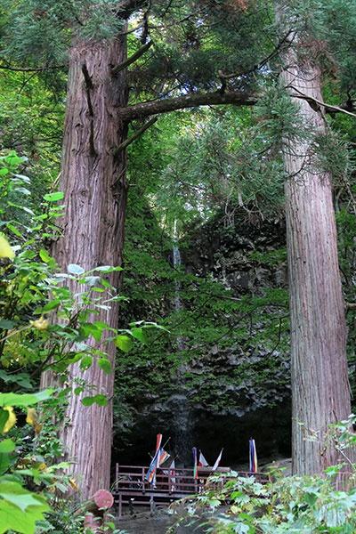 剣の向こうに細い滝が見えます