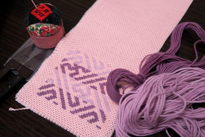 コスモスとスチューベンで染められた糸