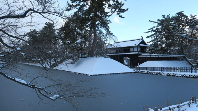 冬の弘前城公園追手門