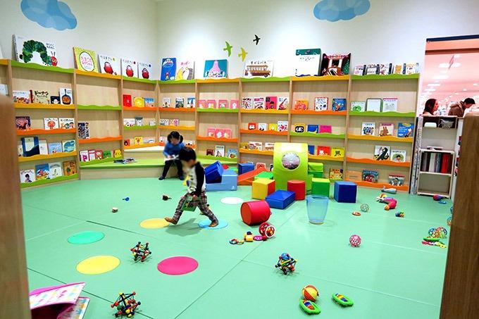 絵本と知育玩具のコーナー