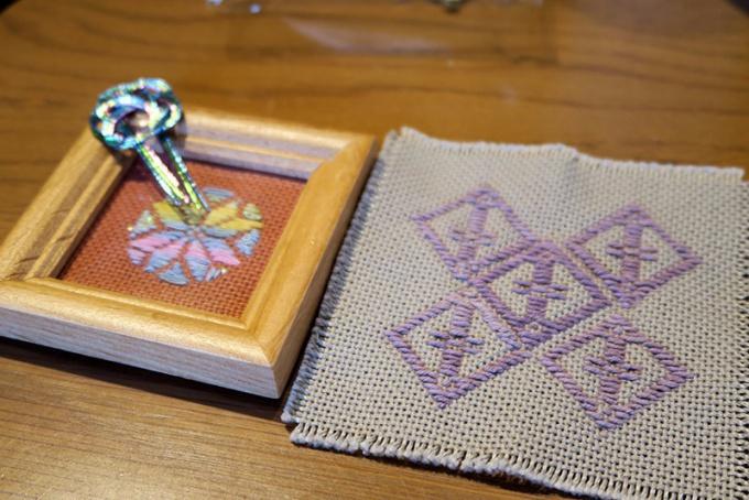 スチューベン色のコースターと虹色の手まりフレーム