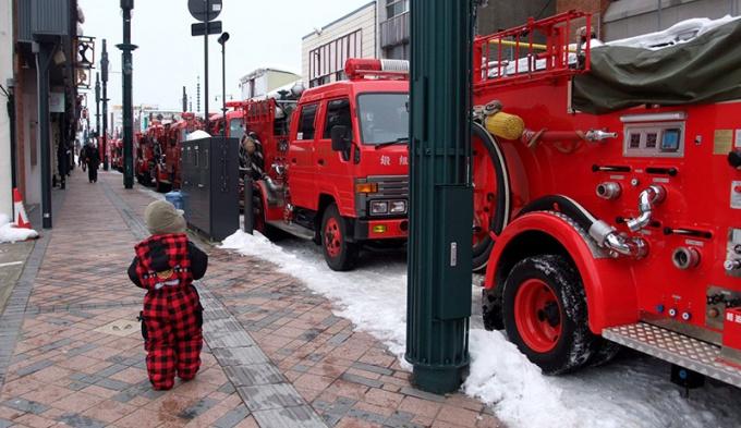 パレードを待つ消防車両たち