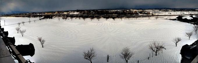 田舎館村、雪原の田んぼに浮かび上がる足あとのアート