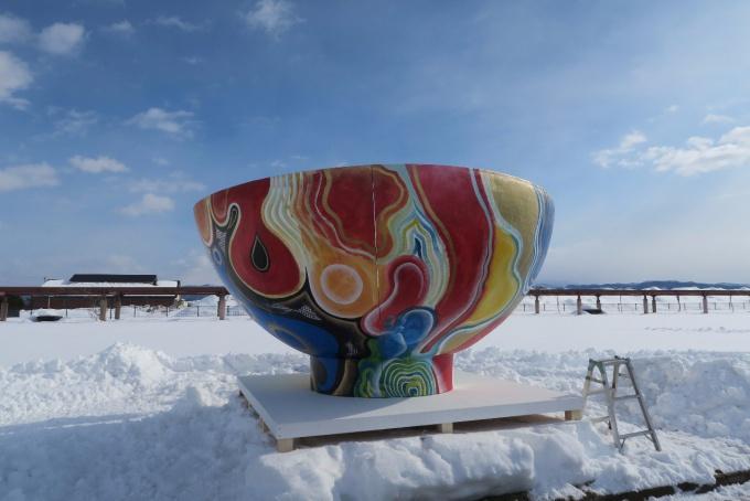 お椀のアート作品もありました。ここに雪のお米が入っていくようです。