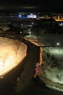 展望台から見る雪あかりの道
