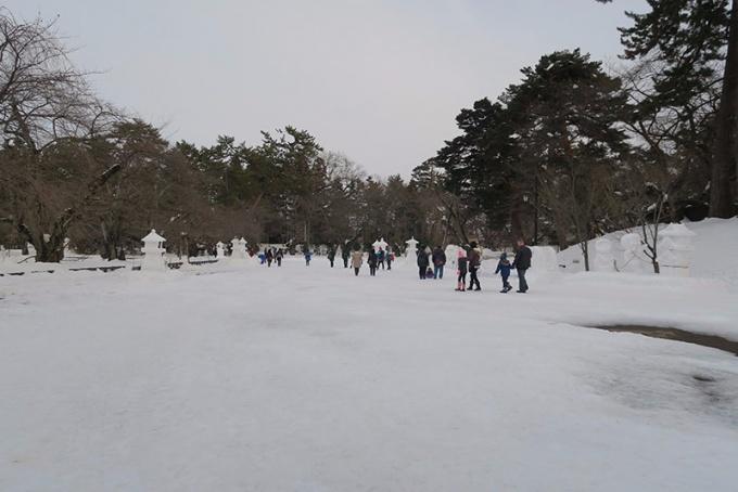市民の雪像、雪灯籠が並ぶ広場