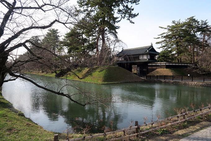 弘前城公園追手門前の外濠
