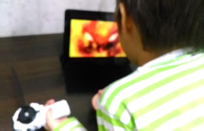iPadでベイブレードバーストを見る息子