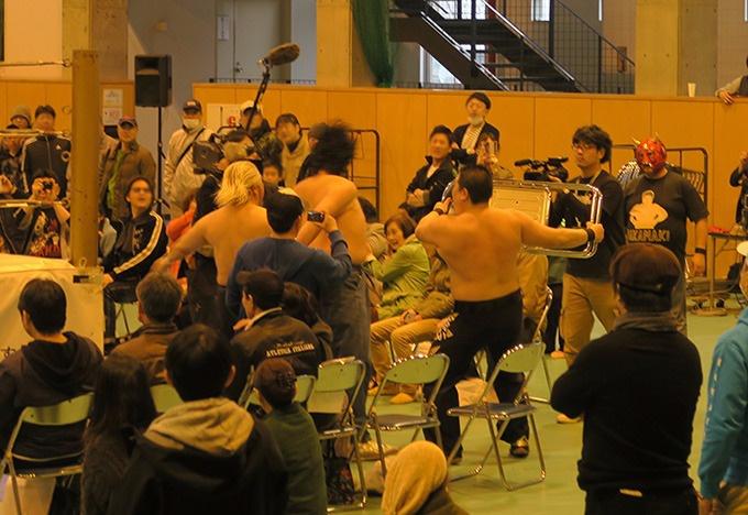 gosakuにパイプ椅子攻撃!
