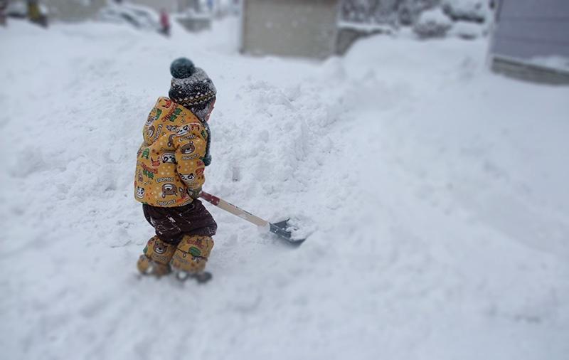 雪かきのスコップも重い