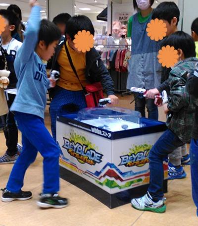 解放台で遊ぶ子どもたち