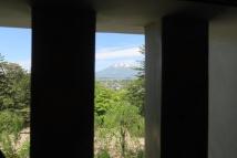 3階の窓から見える岩木山