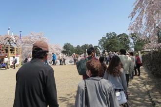 展望台に並ぶ列(4月)