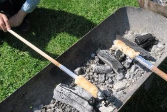 炭火で棒パンを焼きます