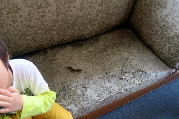 中が藁のソファ