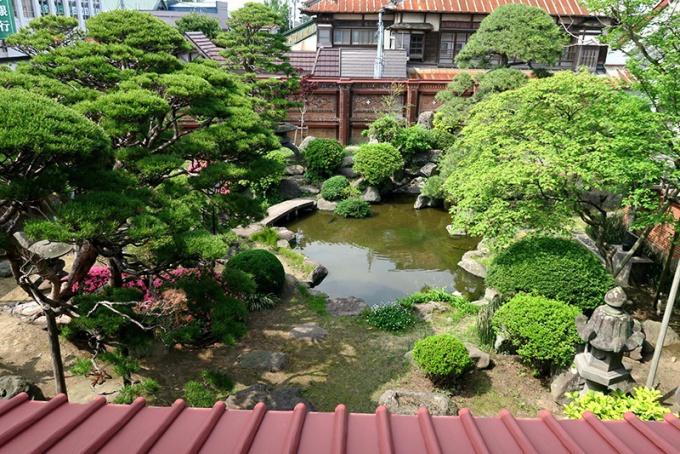 2階の廊下から見渡す庭園