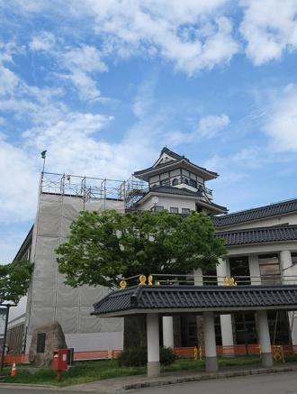 展望デッキ新設工事中の田舎館村文化センター(4月に撮影)