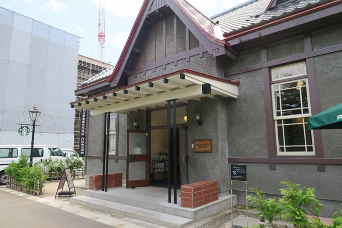 改装中の弘前市役所とスターバックス・コーヒー弘前公園前店