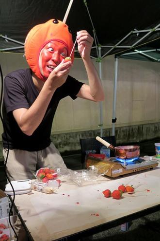 イチゴ飴を制作するりんご飴マン