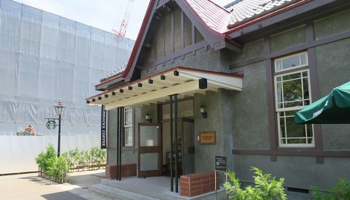 改築が進む弘前市役所の隣にあるスターバックス弘前公園前店