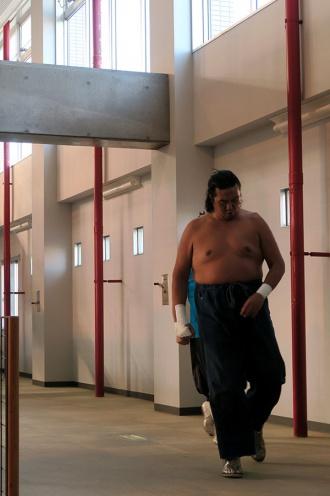 入場テーマの中、通路を歩くgosaku選手