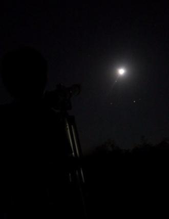 望遠鏡で月を見る息子