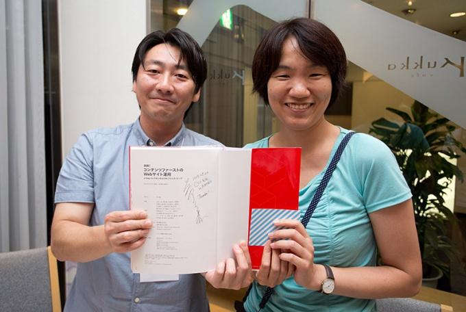 懇親会で監修されたa-blog cms本にサインいただきました。(撮影:東海 恭平さん/デザインギャラリー http://designgallery.info/)