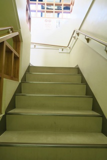 階段を2階分上ります