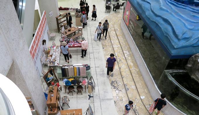 さくら野弘前店1階水槽前の「てくてく店」