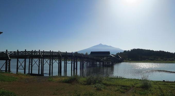 対岸から見た鶴の舞橋